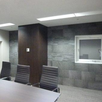 デザインリフォーム モザイクタイルと木目調建材パネルのミーティングルーム