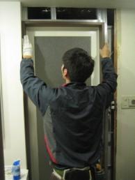 浴室ドア施工中