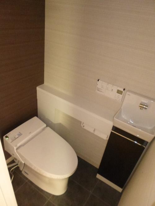 LIXIL『サティスSタイプリトイレ 手洗カウンター付』