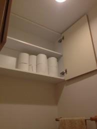 トイレ吊戸棚開いた様子