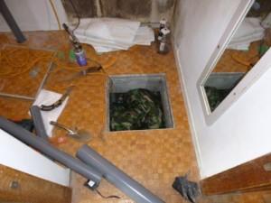 床下での作業2