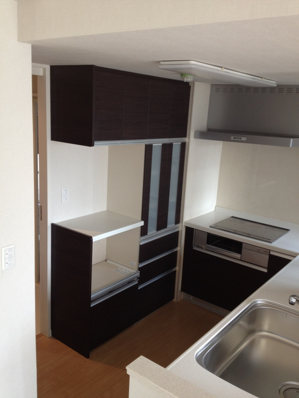 L型システムキッチンとオーダー食器棚(システム収納棚)