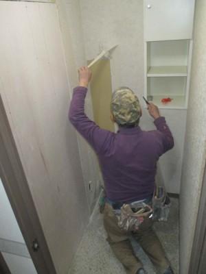施工中トイレ・クロス貼り