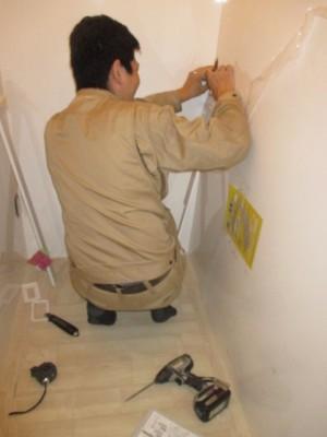 トイレパネル施工中