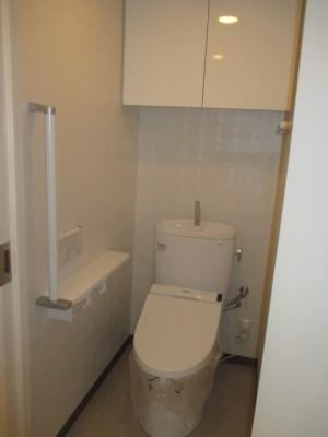 施工後トイレ・『天然木てすり61シリーズ』紙巻器一体型