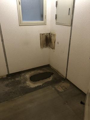 施工中 トイレ撤去右側