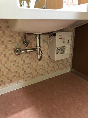 施工後 手洗い下の管
