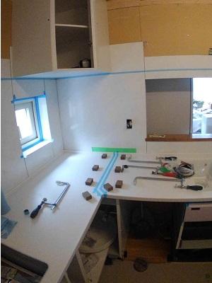 施工中 キッチン・天板接着