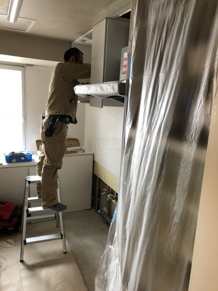 3施工中キッチン取付