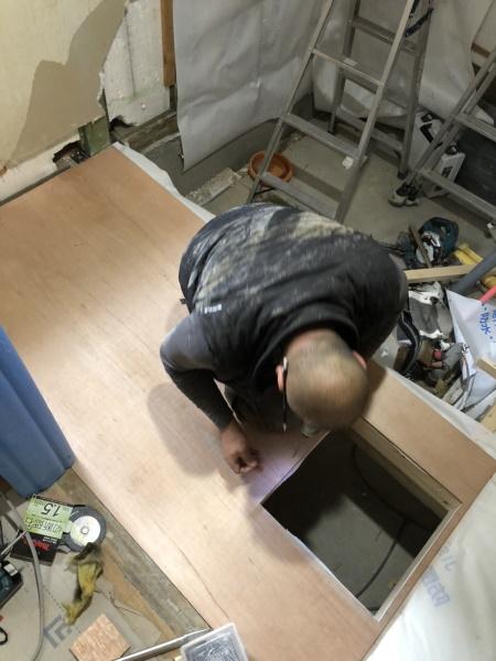 2施工中 洗面室床造作