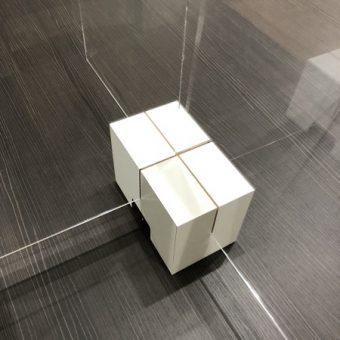 飛沫感染対策・コロナ対策のアクリル板の設置用にオーダーサイズで台座製作