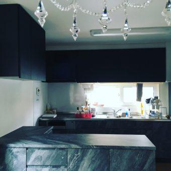 キッチン扉交換+カップボード新設、重厚感溢れるリッチな空間演出!札幌市戸建