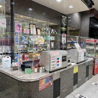 パチンコ店舗カウンターの形状に合わせたオーダーアクリル板|札幌市店舗