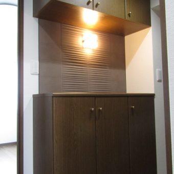 既存の玄関収納にエコカラットとブラケット照明設置でお洒落度アップ!札幌市マンション
