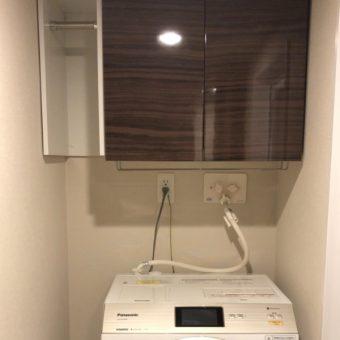 洗濯機上部のデッドスペースにユーティリティならではのオーダー吊戸棚!札幌市マンション