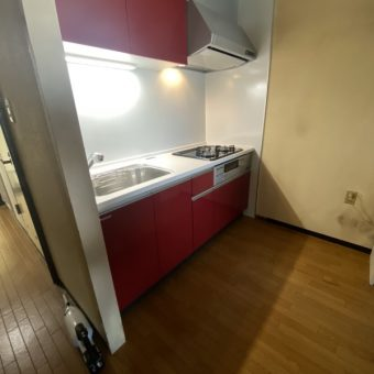 ビビットなレッドカラーでコンパクトでも存在感のあるキッチンへ!札幌市