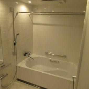 ベンチ付ワイド浴槽で、半身浴も楽しめるバスルームへ!札幌市マンション